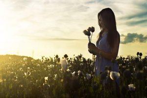 Ragazza in campo fiorito